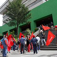 Toluca, México.- Integrantes del Movimiento Antorchista acudieron a las instalaciones de la PGJEM para conocer los avances de la investigación por la desaparición de Manuel Serrano Valle, padre de su líder Marisela Serrano.  Agencia MVT / Crisanta Espinosa