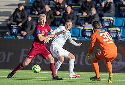 Emil Søgaard (Skive IK) kæmper med Teddy Bergqvist (FC Helsingør) foran målmand Marcus Bobjerg (Skive IK) under kampen i 1. Division mellem FC Helsingør og Skive IK den 18. oktober 2020 på Helsingør Stadion (Foto: Claus Birch).