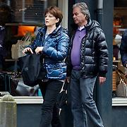 NLD/Laren/20100320 - Sportjournlist Lex Muler en partner Teddy winkelend in Laren