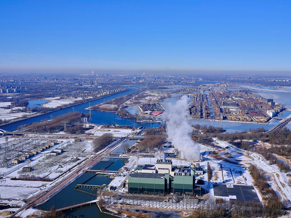 Nederland, Noord-Holland, Diemen, 13-02-2021; winterlandschap PEN-eiland (Diemer Vijfhoek) met Centrale Diemen, STEG-warmtekrachtcentrale, electriciteitscentrale van Vattenfall (voorheen Nuon). Naast de centrale de warmtebuffer voor opslag van stadswarmte iJburg (in de achtergrrond).<br /> Winter landscape Vattenfall power plant near Amsterdam.luchtfoto<br /> luchtfoto (toeslag op standaard tarieven);<br /> aerial photo (additional fee required)<br /> copyright © 2021 foto/photo Siebe Swart