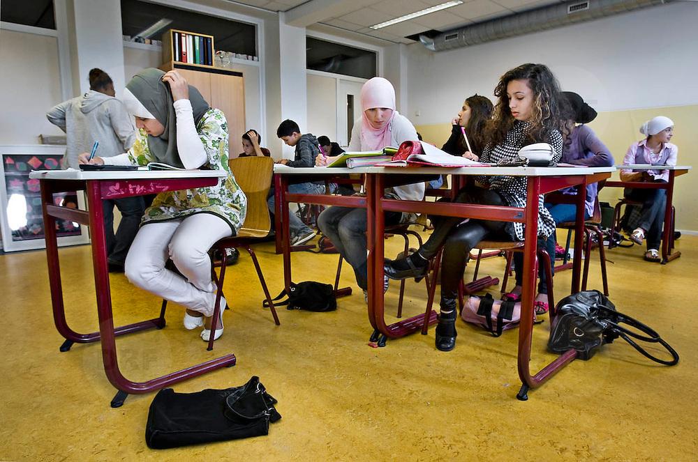 Nederland Rotterdam 23-09-2009 20090923 Serie over onderwijs, het Libanon Lyceum Kralingen,  openbare scholengemeenschap voor mavo, havo en vwo.   Leerlinge maken klassikaal oefeningen, multiculturele samenstelling                                                    .Foto: David Rozing