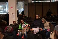 DEU, Deutschland, Germany, Berlin, 16.12.2015: Flüchtlinge warten in der Erstregistrierungsstelle des Landesamtes für Gesundheit und Soziales, Lageso, in der Bundesallee.