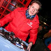 Serious Request dag 3 met op de foto Vodafone haalt de ingeleverde mobieltjes op.