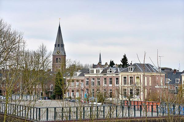 Nederland, Wageningen, 13-3-2013Het centrum van de stad met zicht op de kerk en kerktoren vanaf de dijk langs de rijn.Het stadje heeft de universiteit,wur, en er is de capitulatie van de duitse troepen getekend in 1945.Foto: Flip Franssen/Hollandse Hoogte