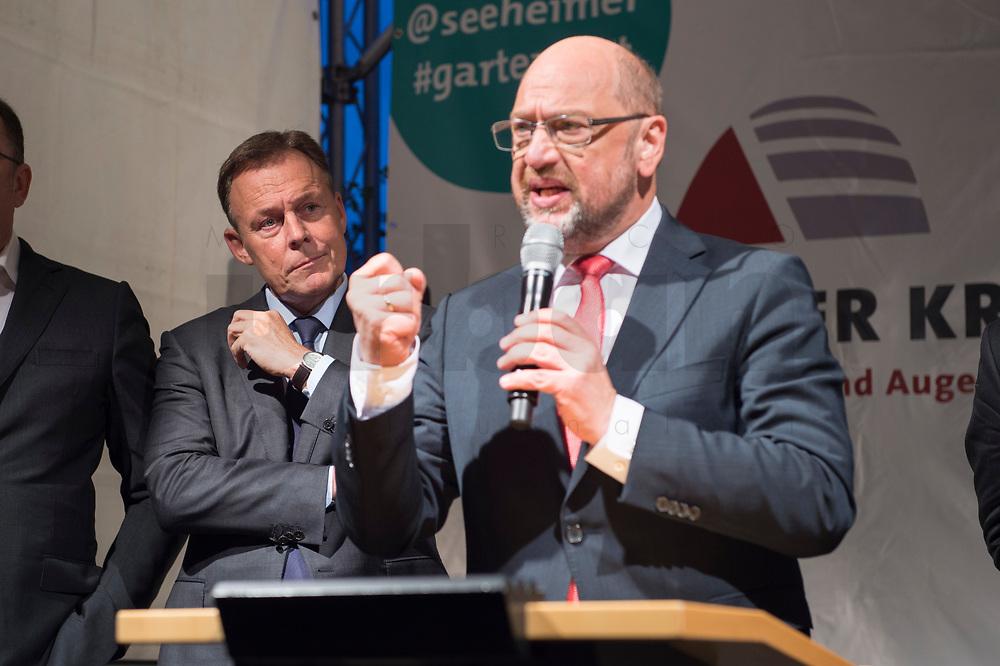 25 SEP 2017, BERLIN/GERMANY:<br /> Thomas Oppermann (L), MdB, SPD, scheidender Fraktionsvorsitzender, und Martin Schulz (R), SPD Parteivorsitzender, Gartenfest des Seeheimer Kreises der SPD, Garten der Deutsche Parlamentarischen Gesellschaft<br /> IMAGE: 20170925-01-142<br /> KEYWORDS: Sommerfest, Rede, speech