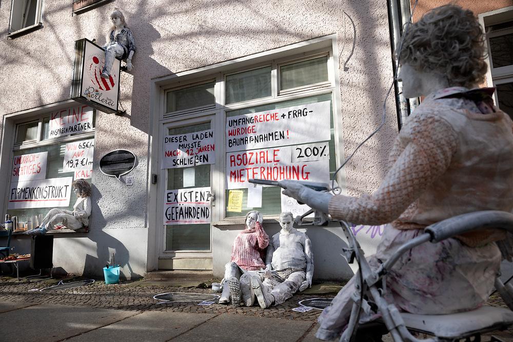"""Mieter des Hauses Lenbachstrasse 7 in Berlin Friedrichshain protestieren mit  der Kunstaktion """"Die Verdrängten"""" des Künstlerkollektivs """"Reflektor Neukölln"""" gegen die Entmietung des Hauses durch Mieterhöhungen. Im Zuge von Modernisierungen, die vom Investor Ende 2018 angekündigt wurden, soll die Kaltmiete durchschnittlich von 6,50 € auf 19,70 € erhöht werden. Gippspuppen mit Banner: Assoziale Mieterhöhung 200%.<br /> <br /> [© Christian Mang - Veroeffentlichung nur gg. Honorar (zzgl. MwSt.), Urhebervermerk und Beleg. Nur für redaktionelle Nutzung - Publication only with licence fee payment, copyright notice and voucher copy. For editorial use only - No model release. No property release. Kontakt: mail@christianmang.com.]"""