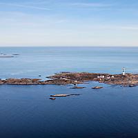 Oksøy fyr utenfor Kristiansand med Grønningen fyr i bakgrunnen.