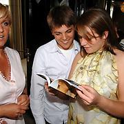 NLD/Amsterdam/20070410 - Boekpresentatie Caroline Tensen, kinderen Bob en Lotte bekijken het boek