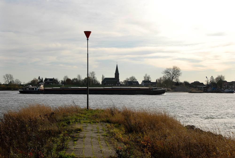 Herwijnen, 19 nov ,2009.strekdam in   de rivier de Waal met binnenvaartschip..(c)Renee Teunis.