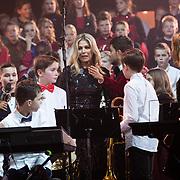 NLD/Zwolle/20191218 - Maxima bij Kerst Muziekgala 2019, Koningin Maxima neemt een kijkje bij de muziekanten