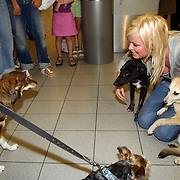 NLD/Amsterdam/20050702 - Bridget Maasland terug uit Bukarest met zwerfhonden die afgemaakt zouden worden met haar hond