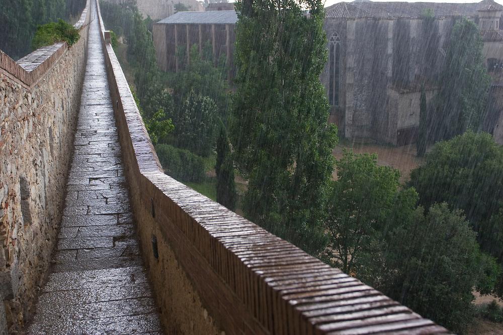 Girona/Gerona. Muralla de la ciudad bajo la lluvia.