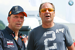 17.07.2010, Groebming, AUT, Ennstal Classic, Chopard Grand Prix Groebming, im Bild Gerhard Berger mit Techniker, EXPA Pictures © 2010, PhotoCredit: EXPA/ J. Groder / SPORTIDA PHOTO AGENCY