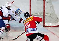 Arosa, 20.12.2013, Eishockey Laenderspiel, Schweiz - Norwegen, Reto Suri (SUI) erzielt das Tor zum 3:0 gegen Jonas Holos und Torhueter Lars Volden (NOR) (Pascal Muller/EQ Images)