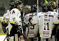 Ishockey<br /> GET-Ligaen<br /> 31.01.08<br /> Askerhallen<br /> Frisk Asker - Stavanger Oilers<br /> Brendan Brooks (gullhjelm) jubler etter å ha avgjort kampen med sin tredje scoring<br /> Foto - Kasper Wikestad
