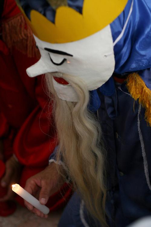 Inhauma_MG, Brasil...Folia de Reis em uma casa no Distrito dos Maias em Inhauma, na foto uma pessoa com adereco...Folia de Reis in a house in the Distrito dos Maias in Inhauma, in this photo a person with the typical fantasy...Foto: LEO DRUMOND / NITRO