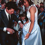 Huwelijk Sandra en John Cerneuf Alkmaar vriendin Herman Brood, Herman verft trouwjurk