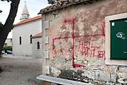 Kroatie, Split, 28-5-2019 Op een muur is met rode verf een hakenkruis, symbool voor het fscisme, getekend . Ook staat er Heil Hitlet bij .Foto: Flip Franssen