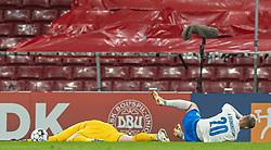 Kasper Schmeichel (Danmark) ligger i græsset efter sammenstød med Albert Guðmundsson (Island) under kampen i Nations League mellem Danmark og Island den 15. november 2020 i Parken, København (Foto: Claus Birch).