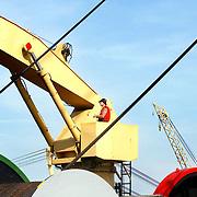 Nederland Rotterdam 1 januari 2006  20060101.Werknemer Havenbedrijf Smit Internationale aan het werk op sleepboot. Opbergen van sleepkabels.David Rozing