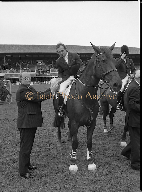 Guinness Competitions At The RDS Horse Show.(R39)..1986..09.08.1986..08.09.1986..9th August 1986..At the Dublin Horse Show at the RDS, Guinness sponsor several events,The Guinness Match International, The Novice Championship and the Guinness Tankard...Paul Darragh is pictured being presented with the Guinness Match International Trophy by Lord Iveagh after his win in the event. Paul rode 'Carrols Young Diamond' to victory.