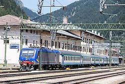 THEMENBILD - An den Bahnhöfen in Südtirol stranden seit Monaten jede Woche Hunderte Flüchtlinge. Wer es über das Meer bis nach Italien geschafft hat, versucht, rasch weiter in Richtung Norden zu kommen, meist werden sie dabei von deutsch-österreichisch-italienischen Polizeistreifen aus den Zügen geholt. Am Bahnhof in Bozen und am Brenner werden sie von Helfern versorgt. Viele der Flüchtlinge wollen nach Deutschland und Skandinavien. Der Brenner ist nur ein Etappenziel. Hier im Bild Übersicht auf das Bahnhofsgelände am Brenner. Aufgenommen am 9. August 2015 am Bahnhof Brenner // Overview of the Brenner railway station on the border between Tyrol, Austria and South Tyrol, Italy, 09 August 2015. Each Week hundreds of asylum seekers reportedly are stopped by Austrian, German and Italian police. The Austrian government has been struggling to house masses of new arrivals, as some provincial leaders and many mayors have opposed hosting asylum seekers in their communities. More than 28,300 people applied for refugee protection in Austria in the first half of the year, with many coming from Syria, Afghanistan and Iraq. EXPA Pictures © 2015, PhotoCredit: EXPA/ Johann Groder
