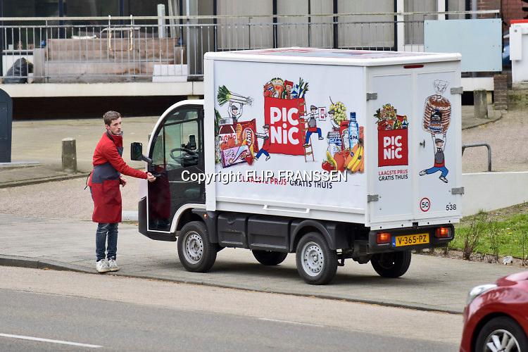 Nederland, Nijmegen, 6-5-2019Een medewerker van bezorgdienst picnic loopt naar zijn busje om naar het volgend adres te gaan.Foto: Flip Franssen