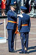 Uitreiking Willems-Orde aan Roy de Ruiter door Koning Willem Alexander Majoor-vlieger Roy de Ruiter kreeg op het binnenhof de Militaire Willems-Orde opgespeld, de hoogste dapperheidsonderscheiding van het koninkrijk.<br /> <br /> Presentation William the Order to Roy de Ruiter by King Willem Alexander Major-flyer Roy de Ruiter received the Military William Order on the courtyard, the highest prowess award of the kingdom.<br /> <br /> Op de foto / On the Photo:  Koning Willem Alexander en Majoor-vlieger Roy de Ruiter tijdens de uitreiking van de Militaire Willems-Orde <br /> <br /> King Willem Alexander and Major-flyer Roy de Ruiter during the presentation of the Military William Order