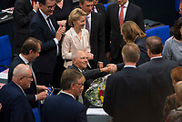 DEU, Deutschland, Germany, Berlin, 24.10.2017: Toni Hofreiter (Grüne) gratuliert Dr. Wolfgang Schäuble (CDU) nach der Wahl zum Bundestagspräsidenten. Konstituierende Sitzung des 19. Deutschen Bundestags mit Wahl des Bundestagspräsidenten.