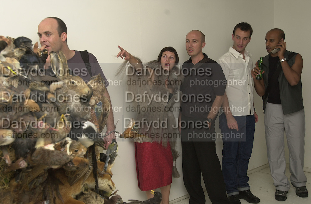 Isabella Blow. Tim Noble and Sue Webster, British Wildlife private view. Modern Art. 9 September 2000.  © Copyright Photograph by Dafydd Jones 66 Stockwell Park Rd. London SW9 0DA Tel 020 7733 0108 www.dafjones.com