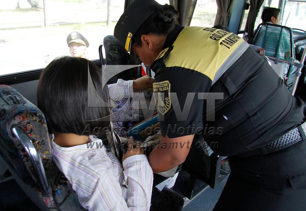 Toluca, México.- Elementos de la Policía del Transporte de la SSC  realizan operativos de revisión a las unidades de pasajeros, ya que en avenidas como López Portillo se denuncian constantes asaltos a mano armada, de esta forma se han logrado desintegrar varias bandas dedicadas a robar a pasajeros. Agencia MVT / Crisanta Espinosa