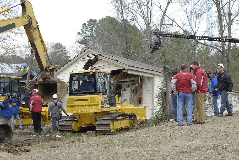 Day two of the Extreme MakeOver Home Edition in Brandon,Mississippi Jan,30,2007. Scott Shoemaker and his wife Leigh meet the Design team and the volunteers arrive to help build the Jones 's new home.Demolition begins on the Jones home Tuesday jan 30,2007. (photo©Suzi Altman) (Photo©Suzi Altman)