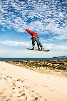 Sandboard na Praia da Joaquina. Florianópolis, Santa Catarina, Brasil. / Sandboarding on the dunes of Joaquina Beach. Florianopolis, Santa Catarina, Brazil.