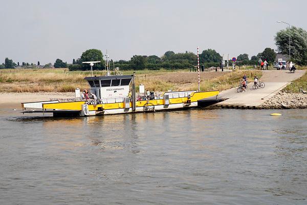 De pont Steeds Voorwaarts tussen Dieren en Oldburgen heeft moeiet met aanlanden door de lage waterstand in de rivier de IJssel . Door de langdurige droogte is er weinig wateraanvoer .Foto: Flip Franssen