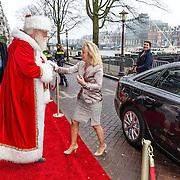NLD/Amsterdam/20161209 - Werkbezoek Maxima bij Muziek in de Klas, kerstman met minister Jet Bussemaker