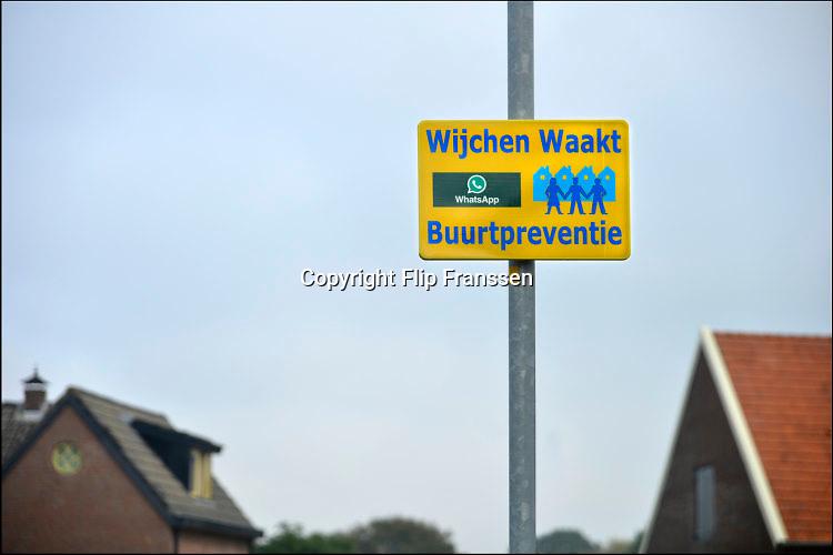 Nederland, Beuningen, 21-10-2016Een wijk, buurt in de gemeente heeft met elkaar afgesproken een oogje in het zeil te houden qua dreiging en veiligheid via de service van Whatsapp, een app voor de smartphone .Foto: Flip Franssen