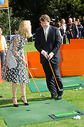 KONINGINNEDAG 2009 in Apeldoorn / Queensday 2009 in the city of Apeldoorn.<br /> <br /> Op de foto / On the Photo:<br />  Prince Friso and Princes Mabel playing golf