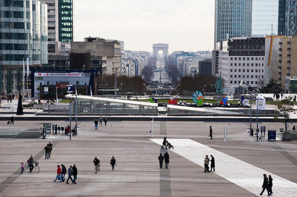 Frankrijk, Parijs, 31 jan 2010.Uitzicht vanaf la Defense. La Defense is een kantorenwijk met een markant groot gebouw wat op dezelfde as staat als de Arce de Triomfe..Foto (c)  Michiel Wijnbergh