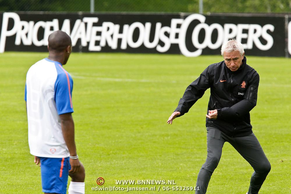 AUS/Seefeld/20100530 - Training NL Elftal WK 2010, Eljero Elia krijgt aanwijzingen van bondscoach Bert van Marwijk