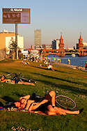 The side of the East Side overlooking the Spree is one and the many outdoor gardens where Berliners vannoa rialssarsi, in the background the Oberbaumbrucke once formidable place for exchange of spies now just a nice bustling bridge.