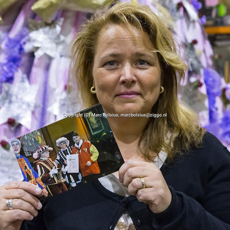 Nederland,  Den Bosch,leden van carnavalsclub de Nott met hun overledenen. op de foto Renate Hartogs