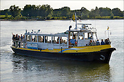 Nederland, Beuningen, Slijk-Ewijk, 31-7-2015Op het pontje, voetveer over de rivier de Waal. Recreatie langs de rivier en de waterkant. Het fietspontje. Het pontje wordt in de vaart gehouden door een groepje gepensioneerde mannen waaronder enkele binnenvaartschippers.Foto: Flip Franssen