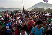 Después de haber sido detenidos por elementos de la Policía Federal en el límite fronterizo entre el estado de Chiapas y Oaxaca, miles de migrantes vuelven a retomar camino. Estado de Oaxaca, México. 27/10/2018<br /> <br /> A mediados de octubre 2018, miles de migrantes hondureños abandonaron sus casas para emprender el viaje hasta los Estados Unidos, recorriendo casi 5.000 kilómetros hasta la ciudad fronteriza de Tijuana en menos de dos meses.<br /> Las 10.000 personas (según estimaciones de la UNCHR) que conformaron la caravana visibilizaron el fenómeno migratorio por primera vez en Centroamérica, denunciando las problemáticas de extrema pobreza y violencia presentes en los lugares de origen.