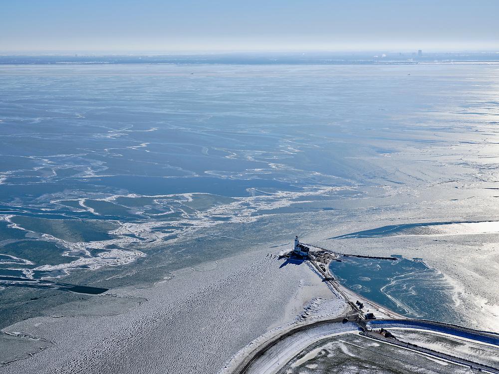 Nederland, Noord-Holland, Gemeente Waterland, 13-02-2021; Marken in de winter, het IJsselmeer (Markermeer) is deels bevroren. In de voorgrond vuurtoren Het Paard, foto richting Almere.  Kenmerkend voor het winterse weer zijn de verschillende tinten blauw van het bevroren water.<br /> Marken in winter, the IJsselmeer (Markermeer) is partly frozen. In the foreground lighthouse Het Paard, in the distance Almere.<br /> <br /> luchtfoto (toeslag op standaard tarieven);<br /> aerial photo (additional fee required)<br /> copyright © 2021 foto/photo Siebe Swart
