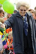 Koningin Beatrix bij vlootschouw jubileum KWVL, Loosdrecht. /// Queen Beatrix Jubilee naval review KWVL<br /> <br /> Op de foto / On the photo:  Koningin Beatrix doopt een zeilship van SailWise