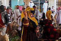 Sultanat d'Oman, gouvernorat de Ash Sharqiyah, Sinaw, jour du marché au bétail, rassemblement des bedouins  // Sultanate of Oman, Al Sharqiya Region, Sinaw, cattle market day, Bedouin Women and men