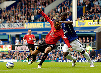 Fotball<br /> England 2005/2006<br /> Foto: SBI/Digitalsport<br /> NORWAY ONLY<br /> <br /> FA Barclays Premiership<br /> Everton v Manchester United<br /> 13th August, 2005<br /> Manchester United's Ruud van Nistelrooy (L) tries to gain leverage against Everton's Joseph Yobo