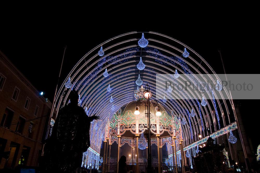 Lecce - Festeggiamenti in onore di Sant'Oronzo, San Giusto e San Fortunato. La Statua di Sant'Oronzo viene voltata verso le luminarie: tra pochi secondi partiranno i primi fuochi d'artificio e di seguito verranno accese le luminarie.