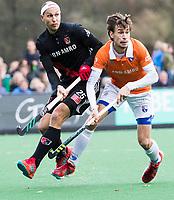 BLOEMENDAAL - Justin Reid-Ross (A'dam)  met Florian Fuchs (Bldaal)  Hockey hoofdklasse heren, Bloemendaal-Amsterdam (2-0) . COPYRIGHT KOEN SUYK