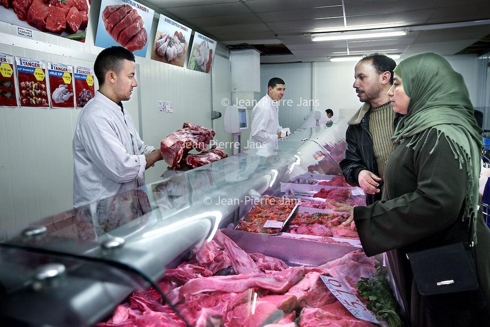 Nederland, Amsterdam , 3 mei 2011..Supermarkt Tanger..De etnische supermarkt Tanger in Slotermeer is met die prijs goedkoper dan de winkels in het Marokkaanse Tanger. De winkel trekt klanten aan van ver buiten de stad..Op de foto de slager afdeling met veel en divers vlees..Foto:Jean-Pierre Jans